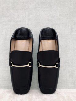 Mocassins cuir noir, conçus pour être portés comme des mules.