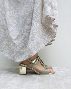 Sandales en paillettes à talon 5 cm carré. MAISON VIA ROMA.