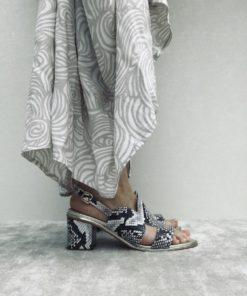 Sandales en imprimé python à talon 5 cm carré. MAISON VIA ROMA.
