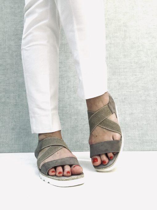 Nu-pieds en daim avec élastique sur le dessus pour un effet stretch. Semelle compensée légère. MAISON VIA ROMA.