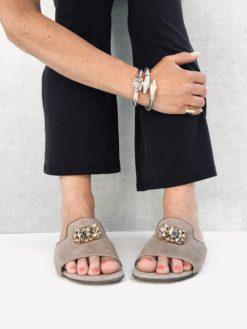 Nu-pieds en daim italien et accessoire Swarovski. MAISON VIA ROMA