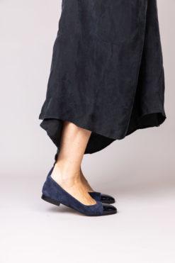 Ballerine à talon 1 cm en daim et cuir vernis bleu marine MAISON VIA ROMA.