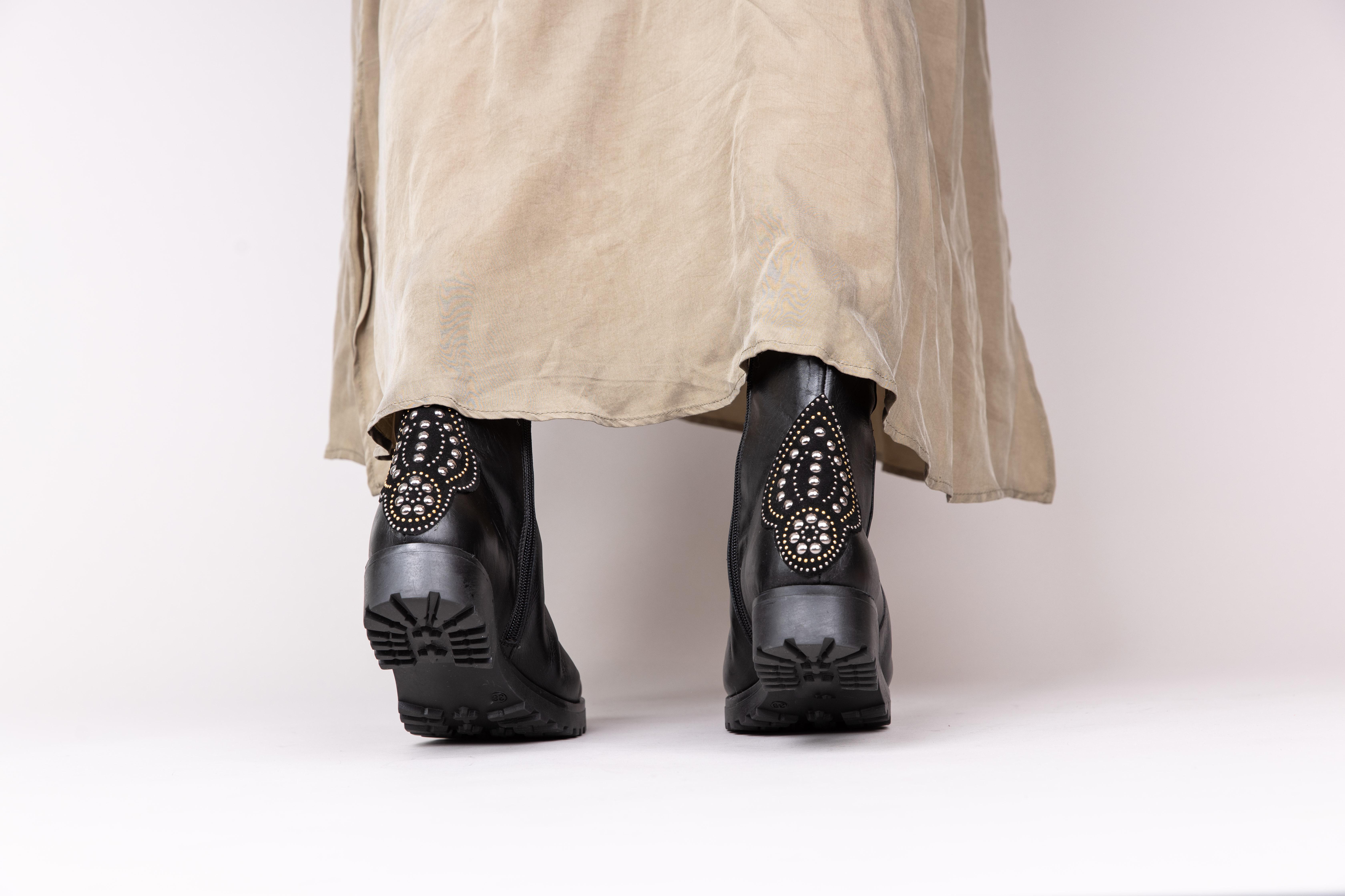 Bottines pour femme à talon en cuir noir esprit rock. Maison Via Roma.