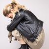 Bottines pour femme à fourrure mouton intérieur et en cuir noir esprit rock. Maison Via Roma.