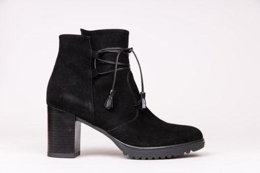 Bottines en daim à semelle compensée. Chaussures pour femme Maison Via Roma, automne hiver 2019.